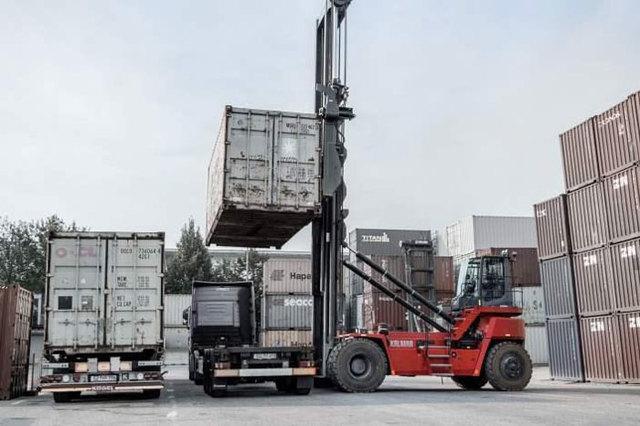 Xe nâng container hoạt động như thế nào