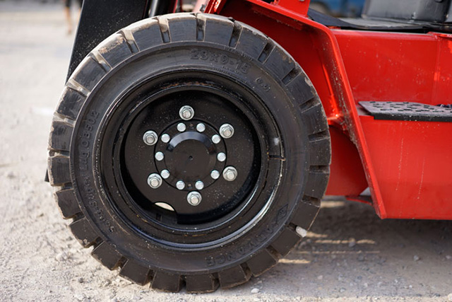 Chọn lốp xe nâng hàng 1